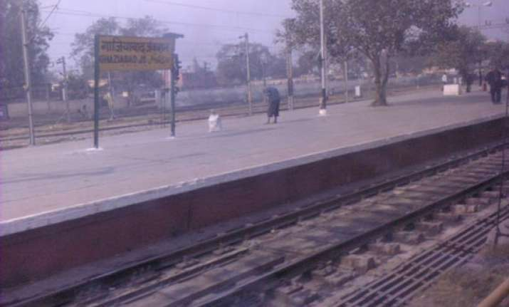 delhi woman gives birth to baby inside moving train