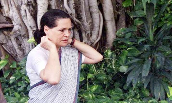 delhi cong mlas meet sonia complain against sheila