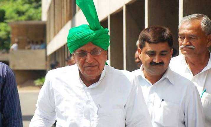 delhi court orders chautala s trial in da case