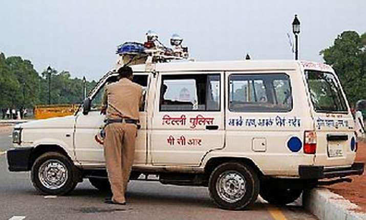 delhi court slams police personnel for appearing without