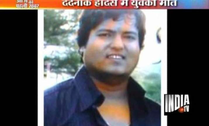 delhi man lay in blood for one hour as heartless policemen