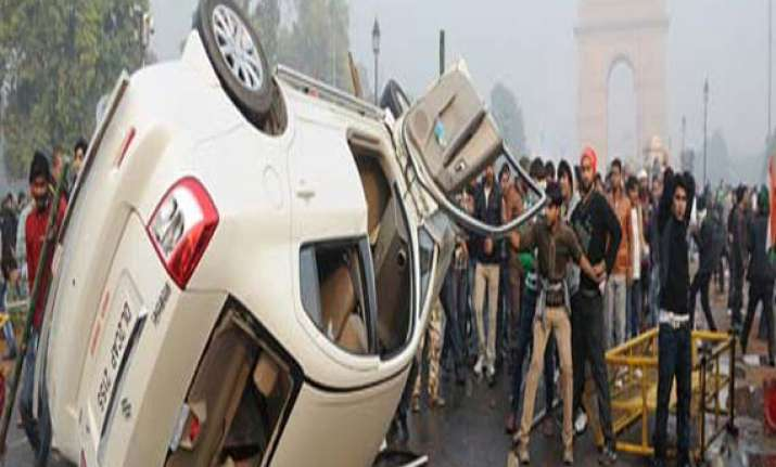 delhi police constable critically injured in violence at