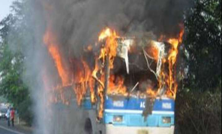 eight killed near wardha as bus catches fire
