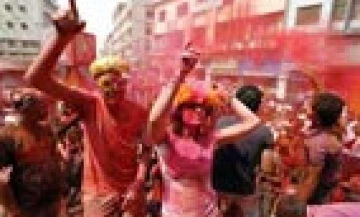 foreign tourists enjoy holi at pushkar