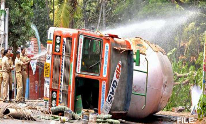 gas leak creates panic in kerala after lpg tanker overturns