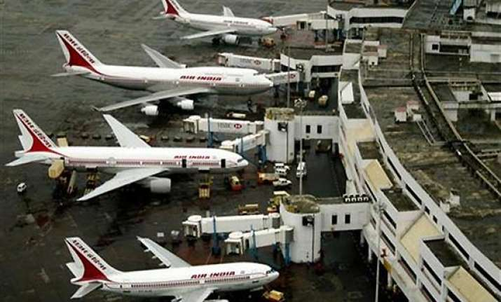 govt open to 100 per cent stake of pvt parties at 6 airports