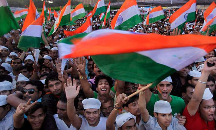 hazare greeted by cheering crowd