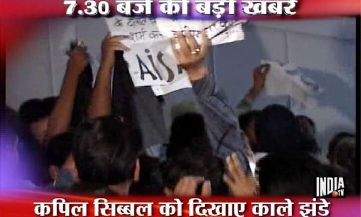 hazare s arrest sibal faces protests at seminar