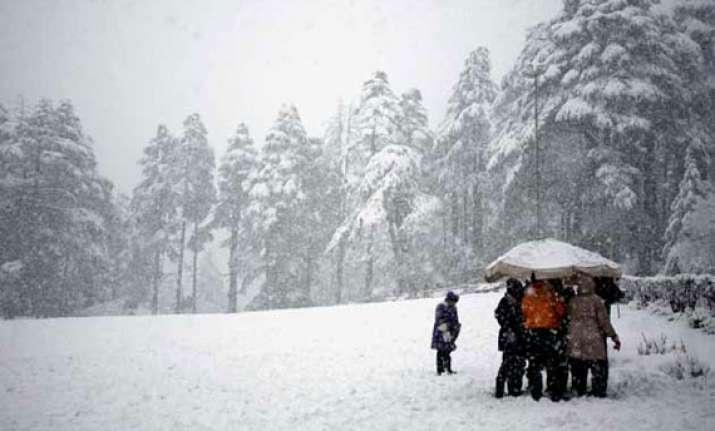 fresh snowfall rain shut srinagar jammu highway