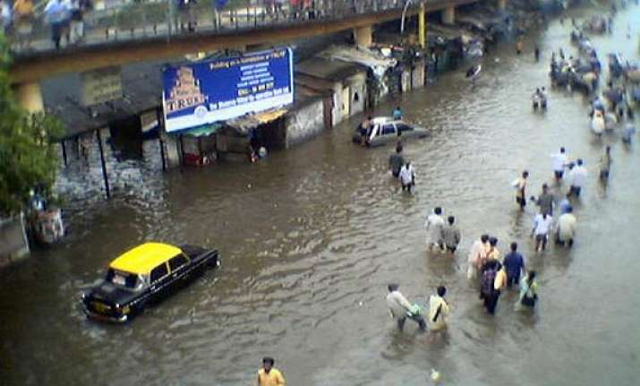 heavy rains cause waterlogging in mumbai suburbs
