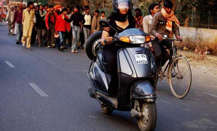 helmets mandatory for women riders sikh women exempted