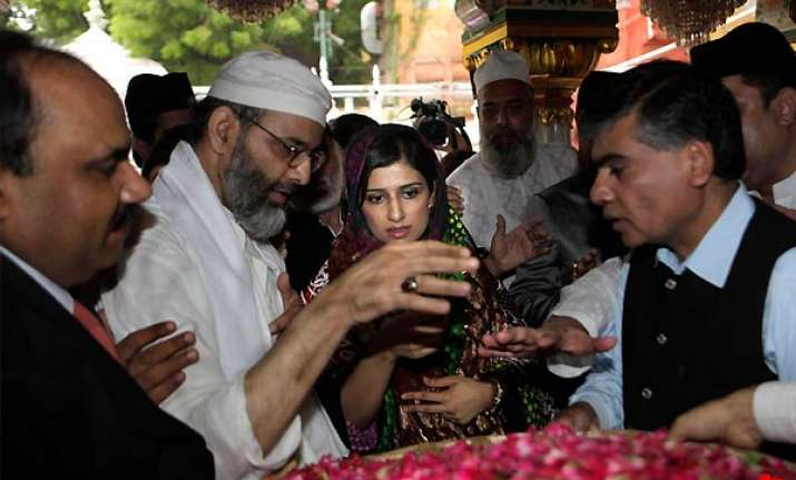 hina prays for peace at nizamuddin dargah