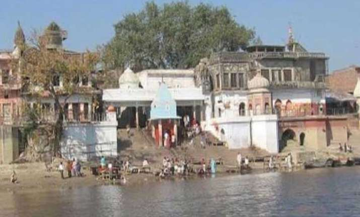 hindu devotees offer 51 000 metre long cloth to holy ganges