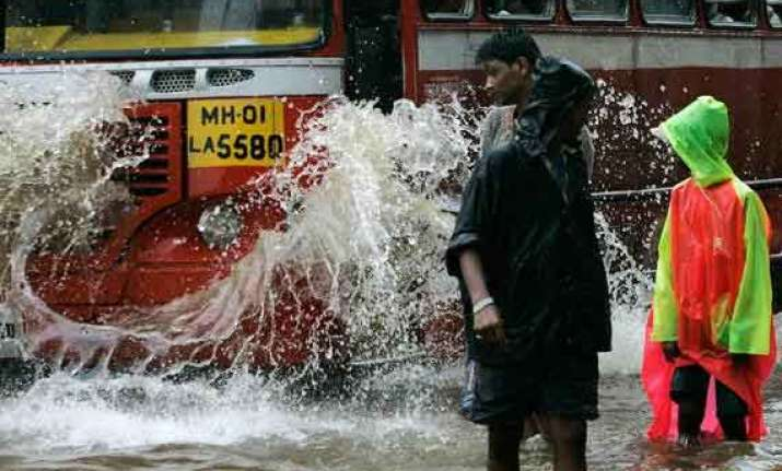 imd predicts very heavy rainfall in mumbai haji ali dargah