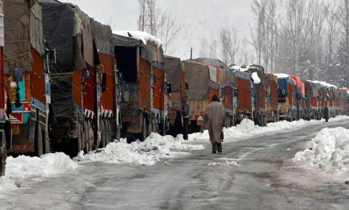 jammu srinagar highway closed after fresh snowfall