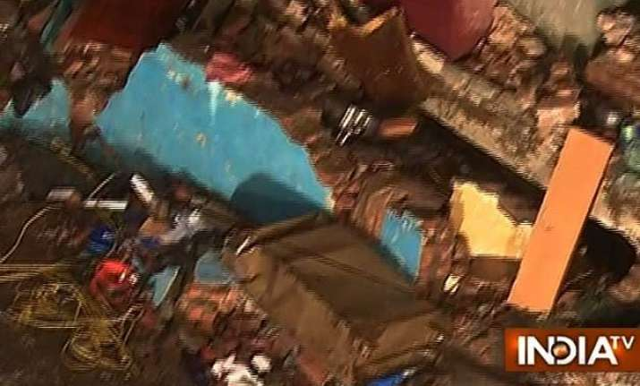6 killed 10 injured in building collapse in thane district