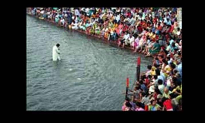 lakhs take holy dip on somvati amavasya