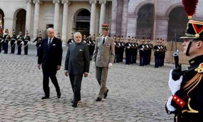 modi accorded ceremonial welcome in paris