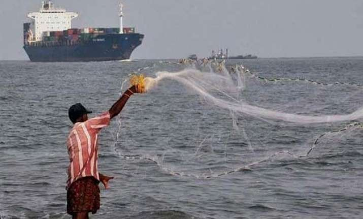 lankan navy arrests 34 tn fishermen