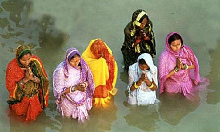 lakhs of devotees observe chhath puja in bihar mumbai other