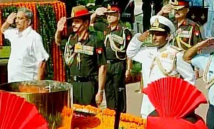 manohar parrikar pays tribute to kargil martyrs