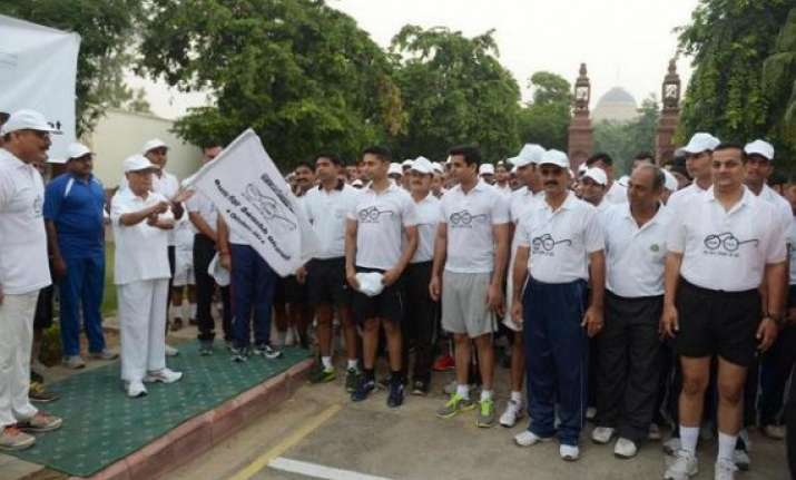 president flags off swachh bharat run