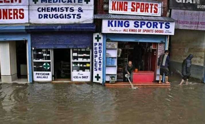 jhelum river crosses danger mark in srinagar 100 ndrf
