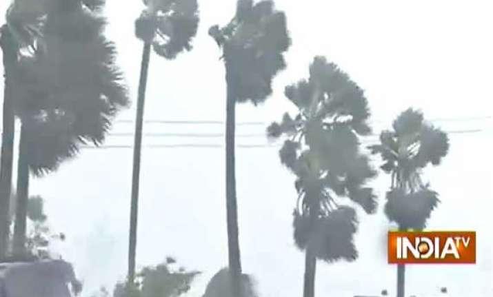 cyclone hudhud 6 die in ap odisha vishakapatnam worst hit