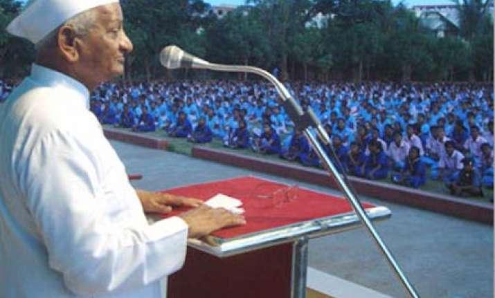 anna hazare threatens to return padma bhushan