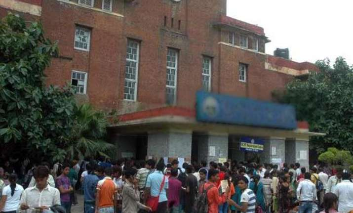du agrees to hand over medical college to delhi govt