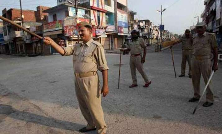 up 20 people including 4 cops injured in clash