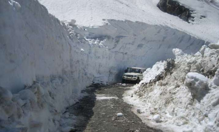 taxis go off roads in manali tourists suffer