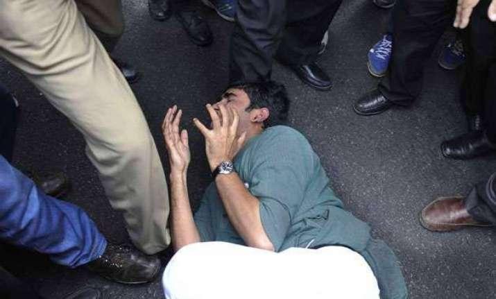 editors body condemns attack on journalists in delhi