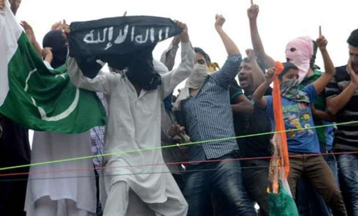 youths wave pakistan is flags clashes with police