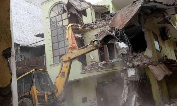 building collapse toll rises to 5 sdmc suspends 3 engineers