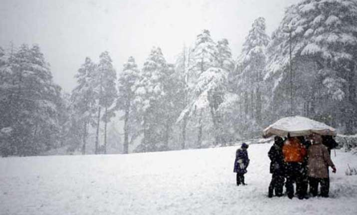 snowfall in gulmarg night temperatures rise across valley