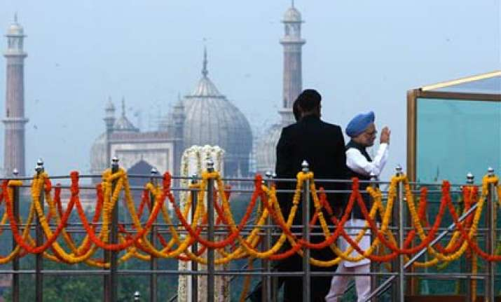 singh becomes third pm to hoist flag at red fort for 7th