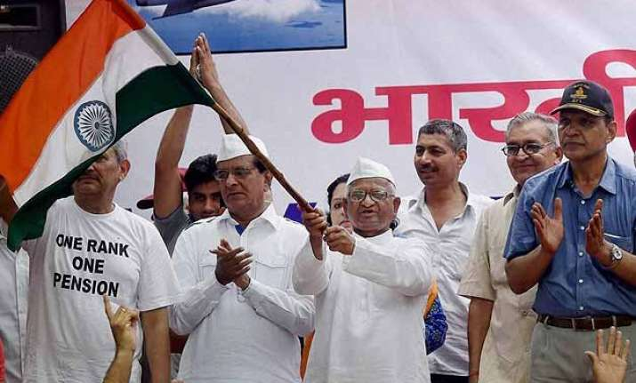 anna hazare extends support to ex servicemen over orop