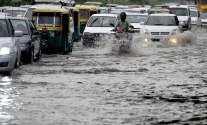 heavy rains hit traffic in delhi