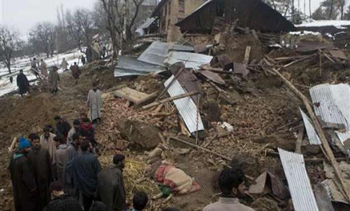 6 dead in landslide in kashmir 10 trapped in debris