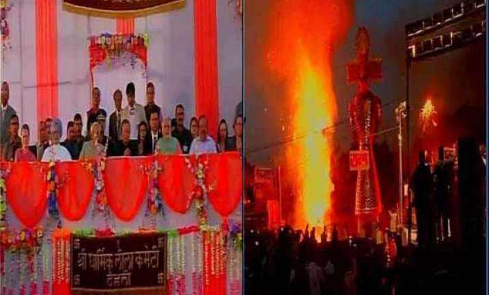 in pics modi singh sonia share stage at ravan dahan in delhi