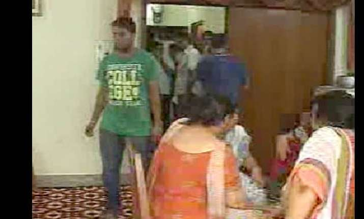 robbers loot 20 persons in delhi during chauth ceremony