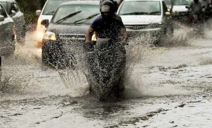 rain lashes delhi waterlogging in several areas