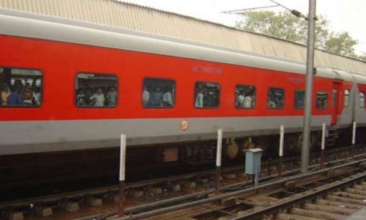 door falls off new delhi mumbai rajdhani express