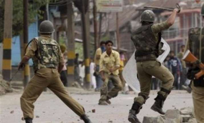 injured in stone pelting cop dies in kashmir