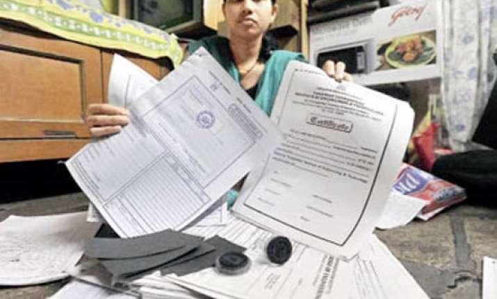 wife exposes bribe taking mumbai engg professor