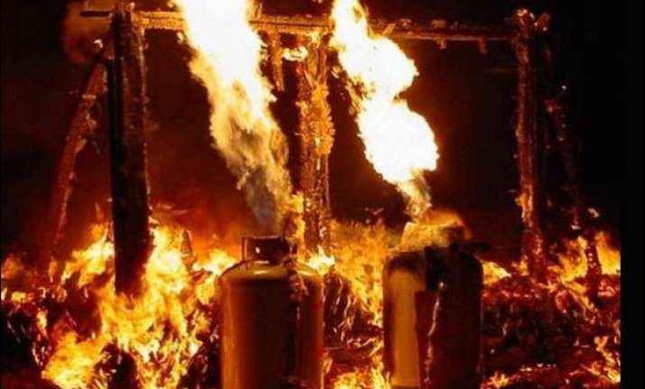 six injured in fire due to cylinder leakage