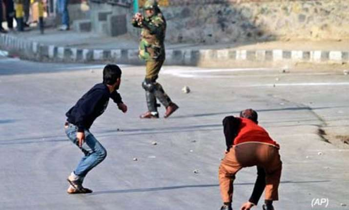 3 hurt in stone pelting clashes with police in kashmir