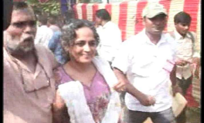 rss activists show black flags to arundhati roy in orissa 5