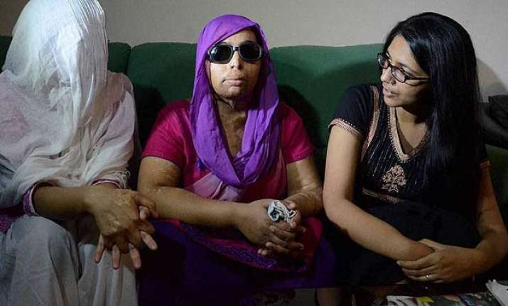 swati maliwal meets acid attack victims assures support